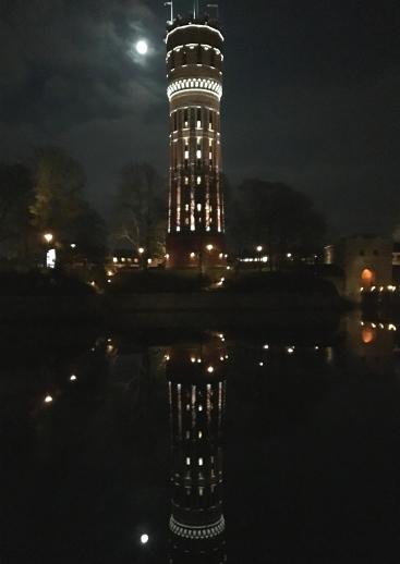 Vattentornet speglas i systraströmmen